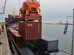 Chargement de conteneurs sur barge